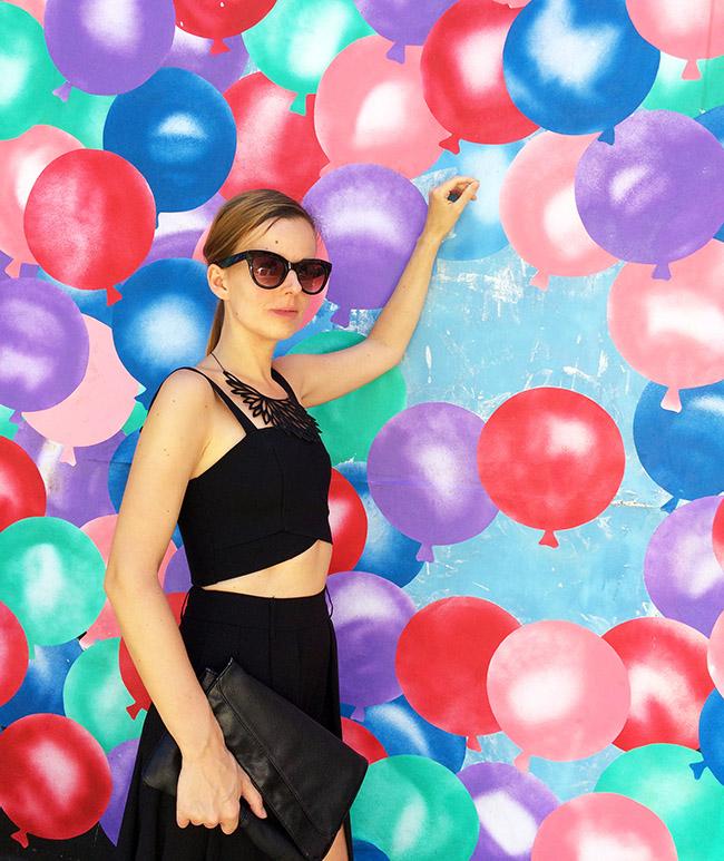 Kraťasy s vlečkou v Melbourne pri balónovej stene