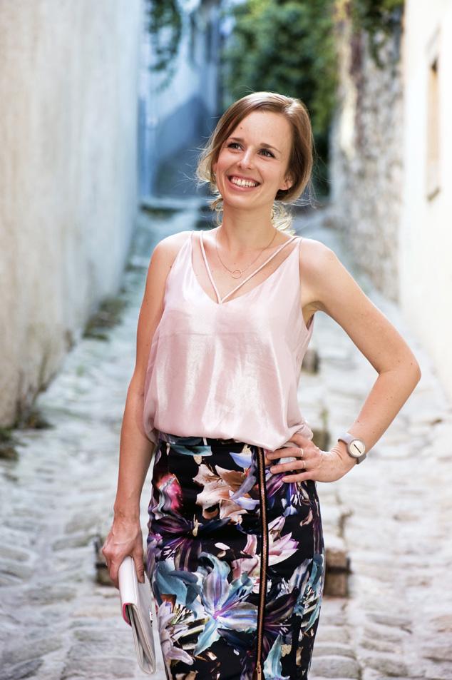 Kapitulská ulica v Bratislave, kvetovaná sukňa v outfite s ružovkastým nádychom