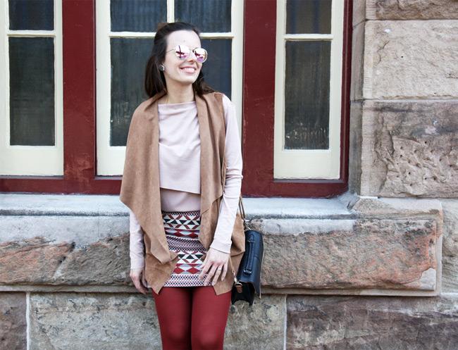 Historické centrum Sydney v tehlových pančuchách v jeseňou ladenom outfite