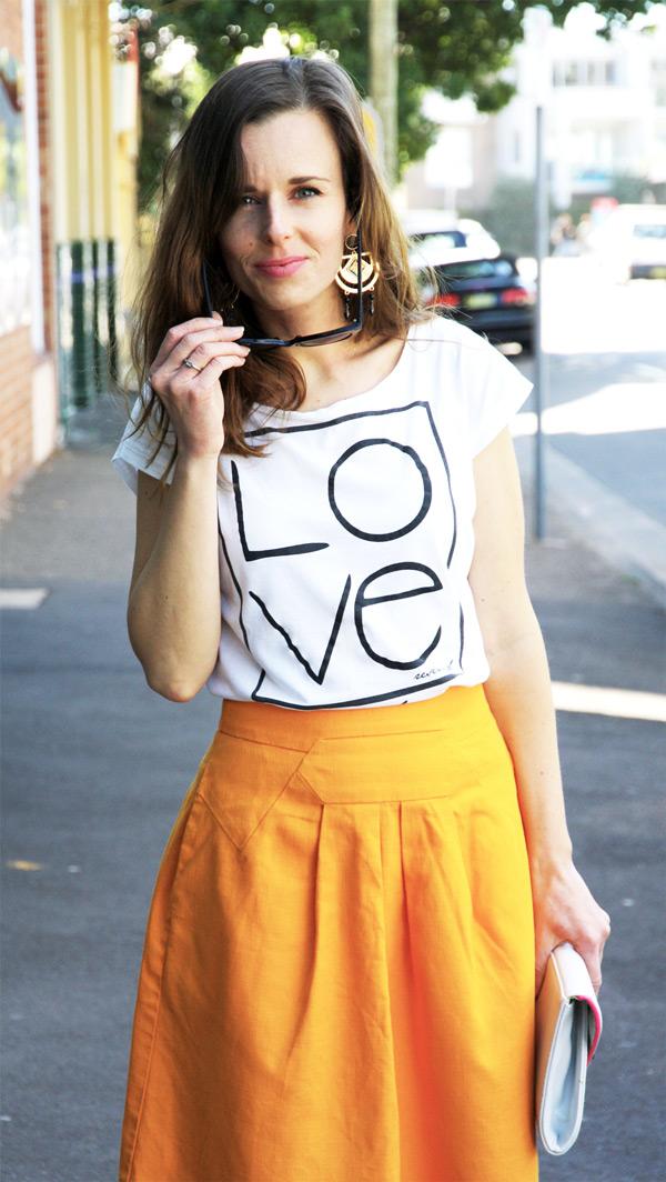 O láske na tričku a k tomu oranžová sukňa