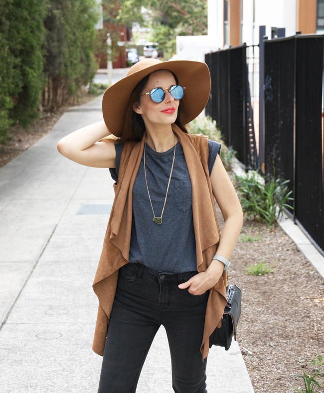 Australský štýl v šedých farbách a s klobúkom